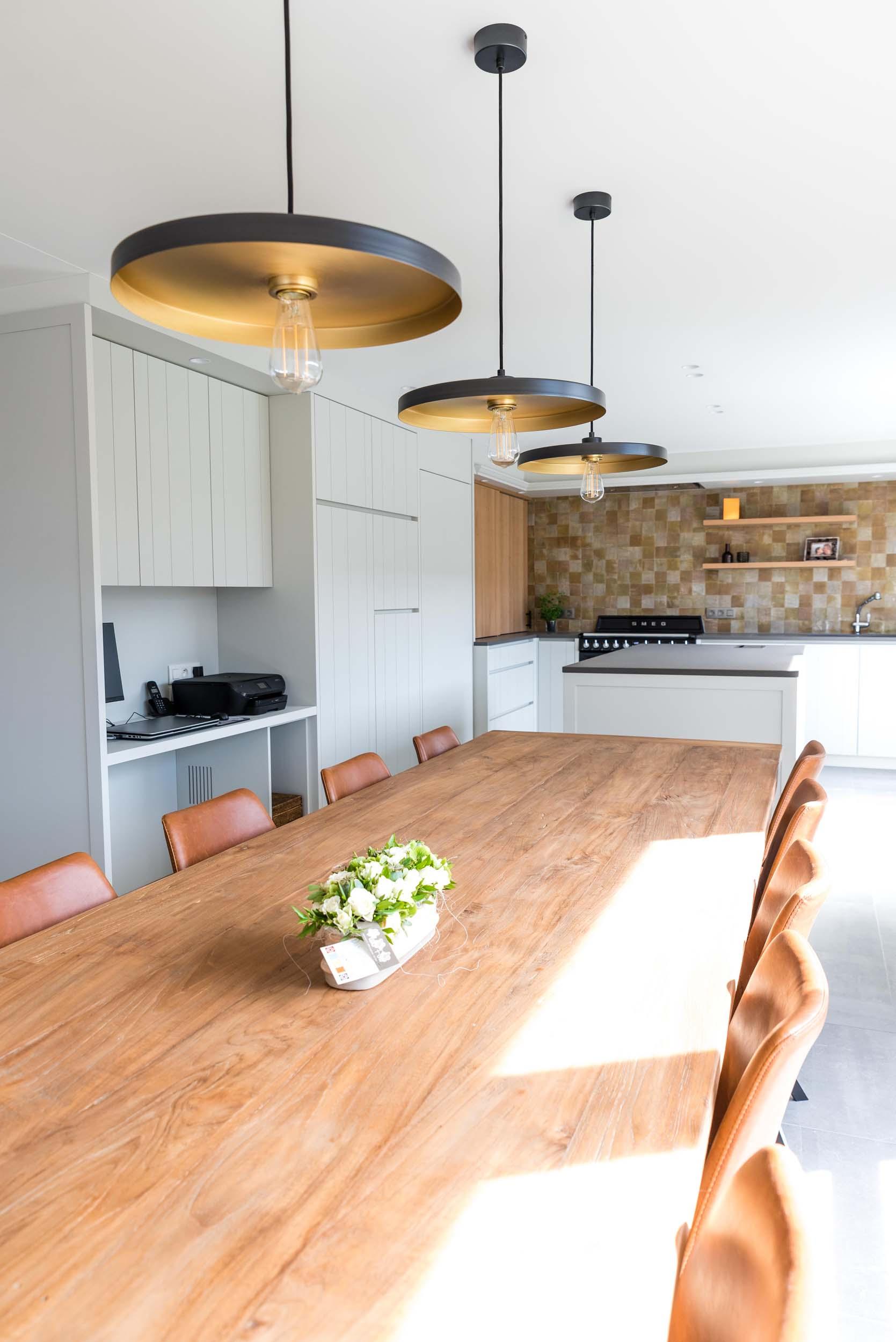 Vanda-projects-interieurinrichting-meubelmakerij-oost-vlaanderen-six-marke-eettafel-lampen